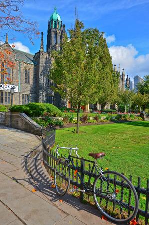 Campus de la Universidad de Toronto en otoño en Toronto