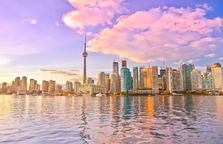 Toronto skyline in de schemering in Ontario, Canada.