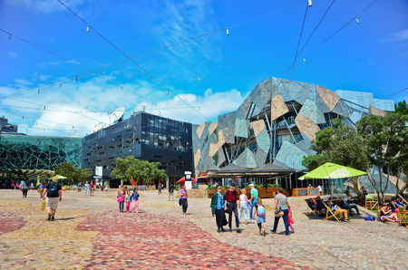 멜버른, 호주 - 2015 년 1 월 18 일 : 2015 년 1 월 18 일 멜버른 시내의 cetre에서 페더레이션 스퀘어 (Federation Square)를 방문합니다.이 광장은 2002 년 멜버른의