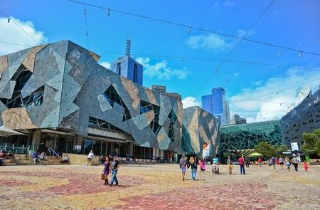 メルボルン、オーストラリア - 2015 年 1 月 18 日: 人は 2015 年 1 月 18 日のメルボルン市総合研究センターで連邦広場をご覧ください。正方形は、メル 報道画像