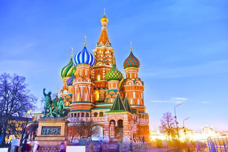 밤 모스크바 붉은 광장에 세인트 바실 성당