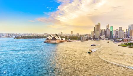 Uitzicht op de haven van Sydney bij zonsondergang