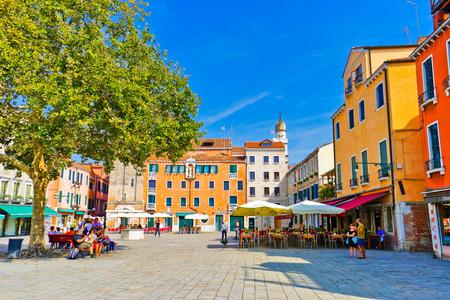 베니스, 이탈리아 -2010 년 9 월 3 일 : 2016 년 9 월 3 일에 베니스에서 산타 마르게리타 스퀘어에 다채로운 베네치아 주택의보기.