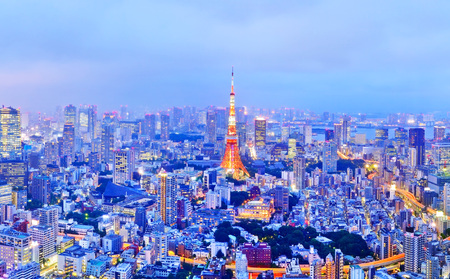 View of the Tokyo skyline at dusk Foto de archivo