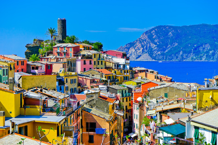 View of the colorful houses along the coastline of Cinque Terre area in Vernazza, Italy. Stockfoto