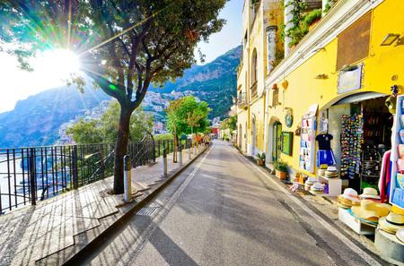 Positano, Italia - 16 de septiembre de 2016: Vista de la calle principal en un día soleado a lo largo de la costa de Amalfi en Positano, Italia el 16 de septiembre de 2016. Editorial