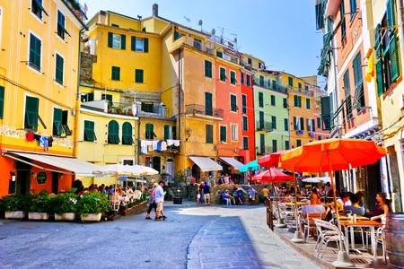2016 年 9 月 9 日にイタリア、ヴェルナッツァ、晴れた日にメイン ・ ストリートに沿ってカラフルな家のヴェルナッツァ, イタリア - 2016 年 9 月 9 日: