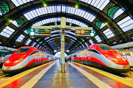 Vue du train à grande vitesse à la gare de Milano Centrale à Milan le 7 septembre 2016.