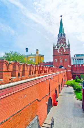 View of Troitskaya Tower at the west entrance of the Kremlin in Moscow with lots of tourists in summer. Banco de Imagens