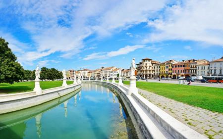 La place de Prato della Valle à Padoue, Italie. La place est la plus grande place d'Europe avec une superficie de 90 mille mètres carrés. Banque d'images