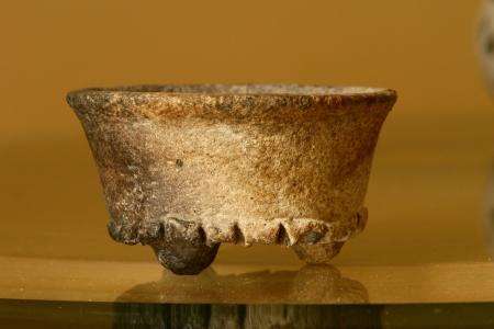 ユカタン半島のマヤの子孫によって作られたアンティークの花瓶