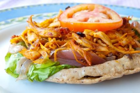 メキシコ料理は: Panuchos で作られてマサ、少しふくらんで、スリットは、トルティーヤで作られていますし、それがリフライド豆を詰めた、密封し