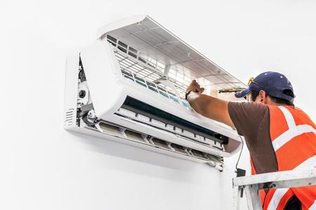 若い修理 minisplit ダクトレス空調システムの修正 写真素材
