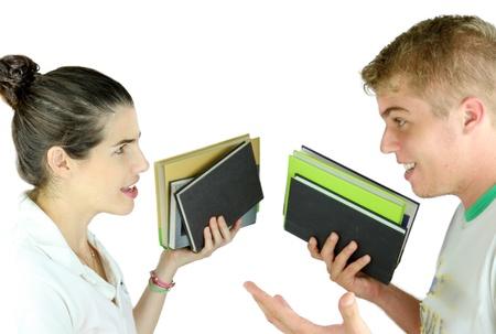 研究レッスンを議論する 10 代のカップル