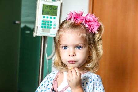 入院赤ちゃん少女の回復 写真素材