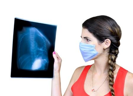 x-선 이미지를 검사하는 여성 의료 학생