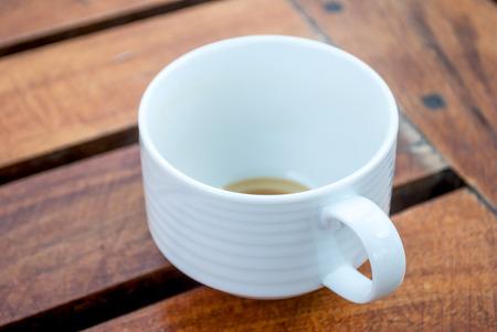 木製のテーブルの上のコーヒーの単一のコップ 写真素材