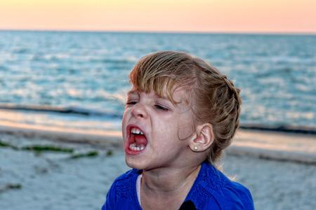 美しいビーチで叫んでいる女の子の画像 写真素材