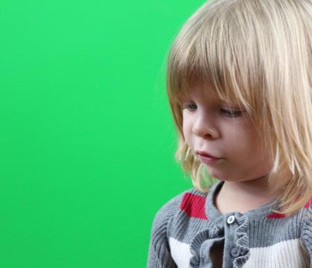 緑色の背景でかわいい女の子