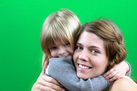 幸せなママと娘のお互いをハグ