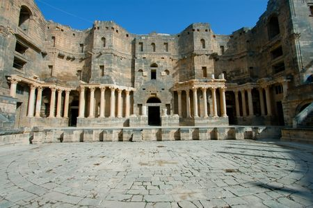 middle joint: Theater of Bosra, Siria