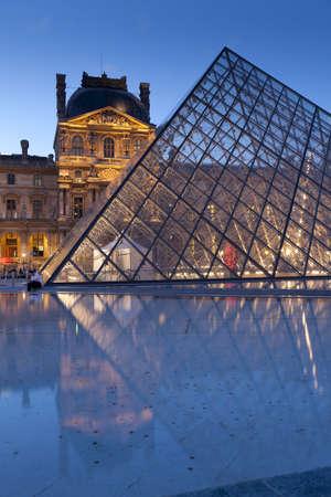 piramide humana: Pir�mide del Louvre de Francia, Par�s,
