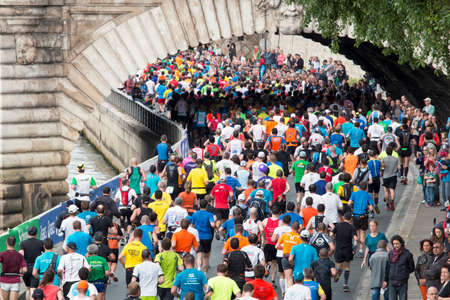 riverside: Marathon runners by the riverside in Paris