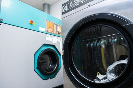 Industrial washing machines at a laundromat 스톡 콘텐츠