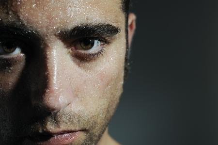 transpiration: Ferm� portrait d'un homme avec des gouttes d'eau Banque d'images