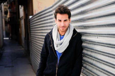 shawl: Portret van knappe man in de stedelijke achtergrond Stockfoto