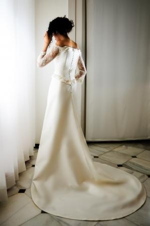 mariage mixte: Portrait d'une jeune femme noire, mod�le de mode, v�tue d'une robe de mari�e Banque d'images