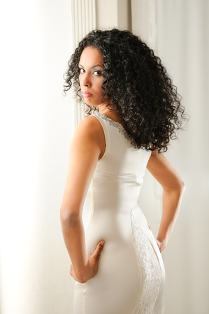 mannequin africain: Portrait d'une jeune femme noire, mod�le de mode avec la coiffure afro, v�tu d'une robe de mari�e Banque d'images