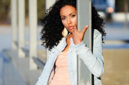 visage femme africaine: Portrait d'une jeune femme noire, mod�le de mode en milieu urbain
