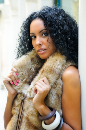 mannequin africain: Portrait d'une jeune femme noire, mod�le de mode, porter une veste de fourrure