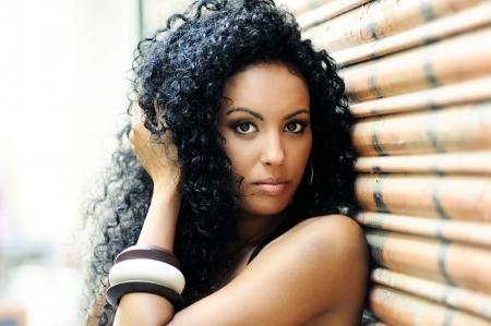 cabello negro: Retrato de una mujer joven negro, modelo de moda en fondo urbano