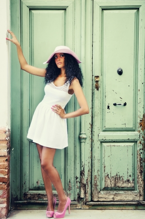 ethnic dress: Ritratto di una giovane donna nera, modello di moda
