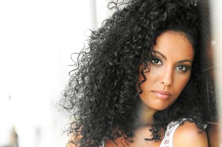 mannequin africain: Portrait d'une jeune femme noire, afro coiffure, en milieu urbain