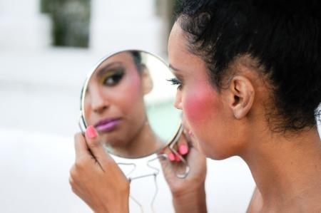 mirar espejo: Retrato de la hermosa muchacha negro con espejo Foto de archivo