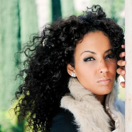 cabello negro: Retrato de una mujer joven negro en el parque