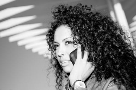 Retrato de mujer bonita en blak fondo urbano hablando por teléfono Foto de archivo - 16653599