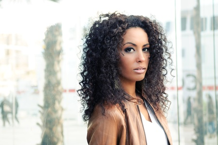 cabello negro: Retrato de una mujer joven negro, modelo de moda