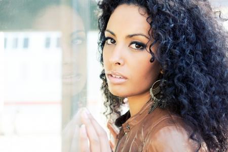 modellini: Ritratto di una giovane donna nera, modello di moda