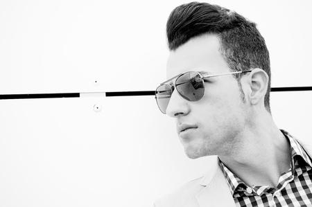Retrato de un hombre joven y guapo, modelo de moda, gafas de sol polarizados Foto de archivo - 16753472
