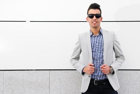 Retrato de un hombre joven y guapo, modelo de moda, gafas de sol polarizados Foto de archivo - 16753485