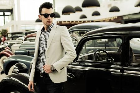 젊은 잘 생긴 남자, 패션 모델, 낡은 자동차와 함께 착용 재킷과 셔츠의 초상화