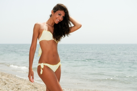 熱帯のビーチの美しいボディを持つ女性の肖像画
