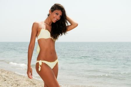 maillot de bain fille: Portrait d'une femme avec beau corps sur une plage tropicale Banque d'images