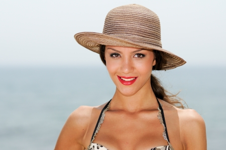 Close up portrait of a woman with a beautiful hat on a tropical beach  Stock fotó