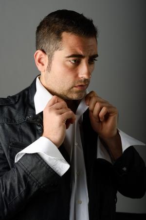 vistiendose: Retrato de un hombre guapo vestirse