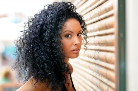 Portrait d'une jeune femme noire, modèle de mode en milieu urbain